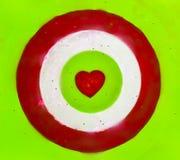 Bågskytte med röd hjärta i mitten, valentindag royaltyfri bild