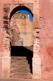 Bågtrappan passerar i den Roussillon byn i Frankrike Arkivfoto