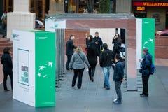 Bås för energiövergångsdemonstration i i stadens centrum Portland, Oregon fotografering för bildbyråer