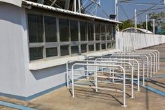 båsframdelen lokaliserade stadionjobbanvisningen Royaltyfri Fotografi