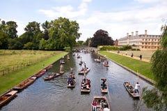 Båtstakarefartyg som passerar högskolan för konung s i Cambridge Arkivfoton