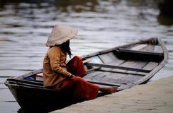 Båtuthyrare med koniska hattar i Vietnam Arkivfoto