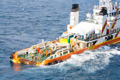 Båtuthyrare som arbetar på däcktillförselfartyget, besättningoperation på tungt jobb för installationsboat/i frånlands- Fotografering för Bildbyråer