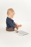 Bébé à l'aide du comprimé numérique Photo libre de droits