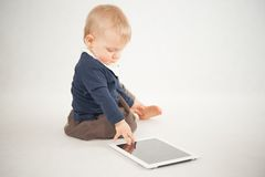Bébé à l'aide du comprimé numérique Photos libres de droits
