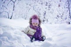 Bébé à l'hiver images libres de droits