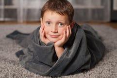 Bébé à la maison sur le tapis Photographie stock