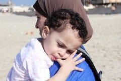 Bébé égyptien musulman arabe drôle avec sa mère Image stock