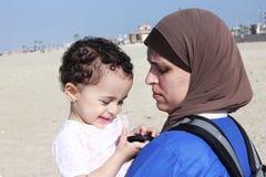 Bébé égyptien musulman arabe drôle avec sa mère Photos libres de droits