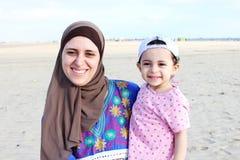 Bébé égyptien musulman arabe heureux drôle avec sa mère Photo libre de droits
