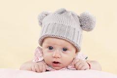 Bébé étonné avec la cuvette. Photographie stock