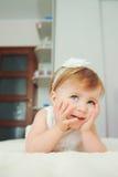 Bébé étonnant sur le lit Photo stock