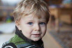 Bébé adorable avec des œil bleu et des poils blonds Images stock