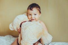 Bébé adorable avec l'ours Image libre de droits
