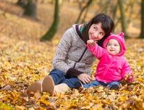 Bébé adorable avec sa mère Images stock
