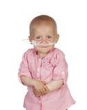 Bébé adorable battant la maladie images stock