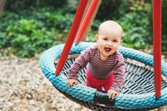 Bébé adorable jouant dehors Photos libres de droits