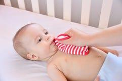 Bébé adorable radotant photos stock