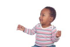 Bébé africain adorable regardant quelque chose Photographie stock libre de droits