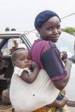 Bébé africain de mère dans la bride image libre de droits