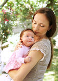 Bébé - amour maternel Image stock