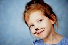 Bébé 3 ans avec la peinture de visage d'un chat, miaulant et souriant regardant l'appareil-photo Photos stock