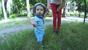 Bébé apprenant à marcher banque de vidéos