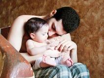 Bébé arabe avec le père photos stock