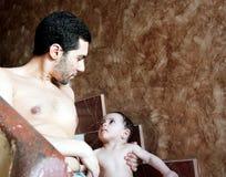 Bébé arabe avec le père photographie stock