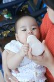 Bébé asiatique avec l'alimentation de lait Photos libres de droits
