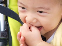 Bébé asiatique dans la poussette se reposante images libres de droits