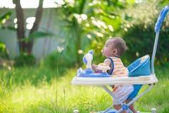 Bébé asiatique dans le marcheur de bébé Photo libre de droits