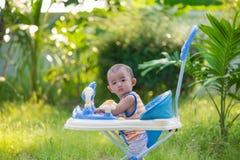 Bébé asiatique dans le marcheur de bébé Photos libres de droits