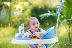 Bébé asiatique dans le marcheur de bébé Photographie stock libre de droits