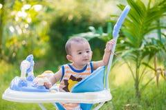 Bébé asiatique dans le marcheur de bébé Image stock