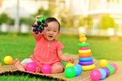Bébé asiatique mignon dans le terrain de jeu photographie stock libre de droits