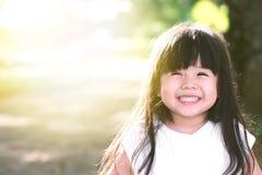 Bébé asiatique mignon souriant dans le jardin Image libre de droits