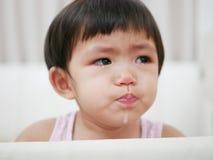 Bébé asiatique pleurant avec des larmes, comme elle le ` t de doesn veulent aller au lit image libre de droits