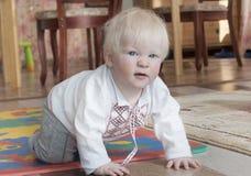 Bébé atteignant  Images libres de droits