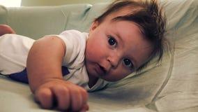 Bébé atteignant pour le papa sur l'estomac banque de vidéos