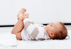 Bébé attendant une couche-culotte neuve Images libres de droits