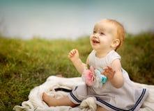 Bébé au lac Photo stock