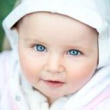 Bébé aux yeux bleus mignon images stock