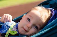 Bébé aux yeux bleus mignon extérieur Photos libres de droits