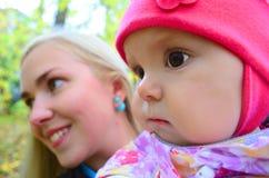 Bébé aux yeux bruns Photos stock