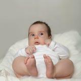 bébé aux yeux ouverts - petit enfant étonné Photographie stock libre de droits