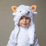 Bébé avec année 2015 de chapeau de moutons la nouvelle Photo stock