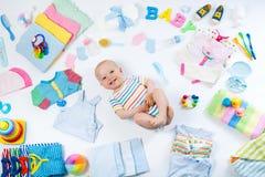 Bébé avec des articles de soin d'habillement et de nourrisson Image libre de droits
