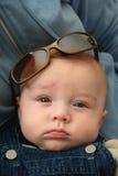 Bébé avec des lunettes de soleil images libres de droits