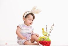 Bébé avec des oreilles de lapin Images libres de droits